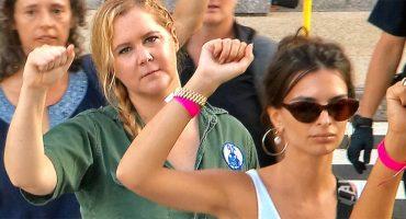 Arrestan a Amy Schumer y Emily Ratajkowski en una protesta pero, ¿por qué?