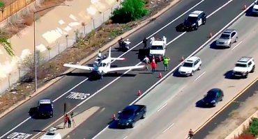 Graban a un avión aterrizando de emergencia en una autopista
