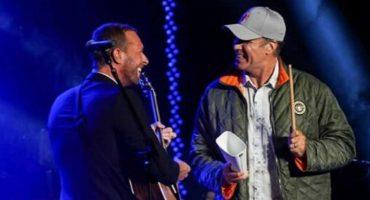 Mira a Chris Martin cantar