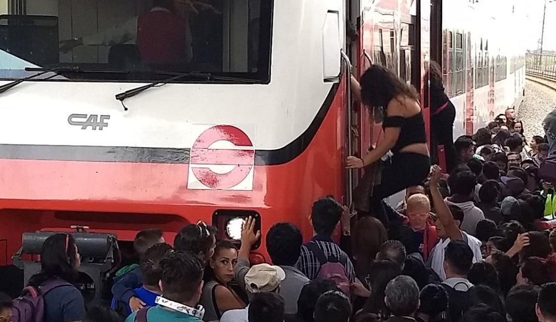 Desalojan a usuarios de Tren Suburbano en medio de las vías por falla