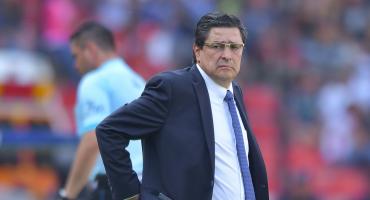 Luis Fernando Tena camina hacia el banquillo del Atlético Nacional de Colombia