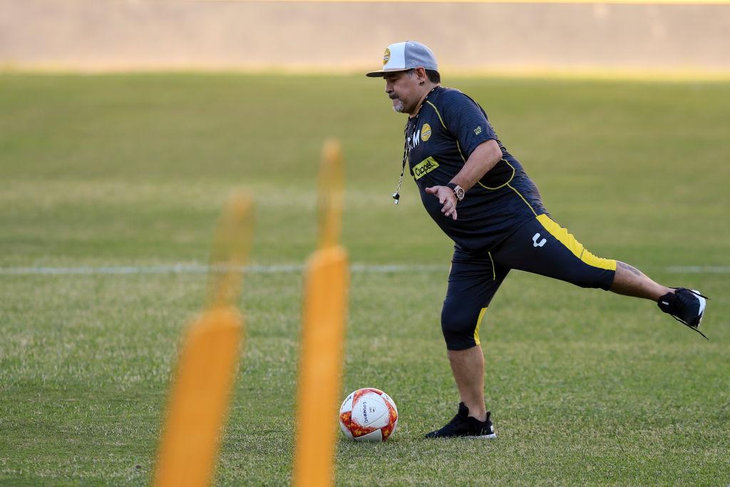 Maradona durante una práctica con Dorados