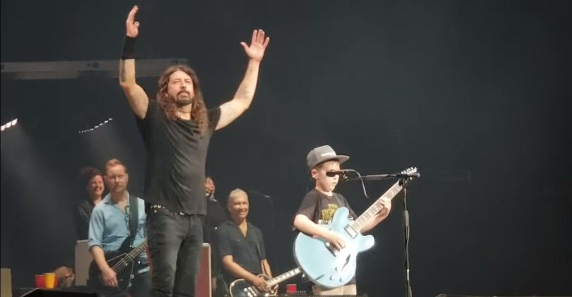 Dave Grohl regala guitarra a niño fan... de Metallica