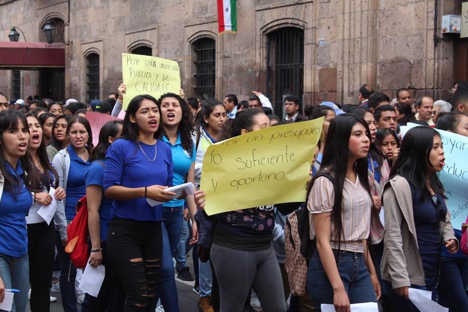 marcha de estudiantes por falta de presupuesto en Universidad Michoacana
