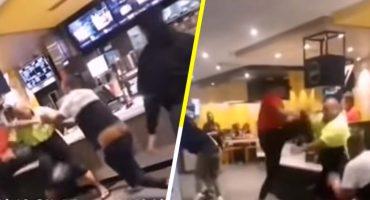 Clientes de un McDonald's se pelean al más puro estilo de la WWE