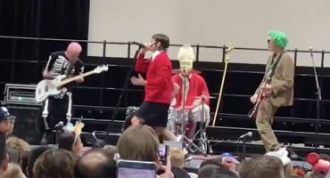 Red Hot Chili Peppers dan un concierto sorpresa de Halloween en una escuela