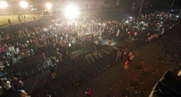 Tren arrolla a multitud en la India; hay al menos 50 muertos