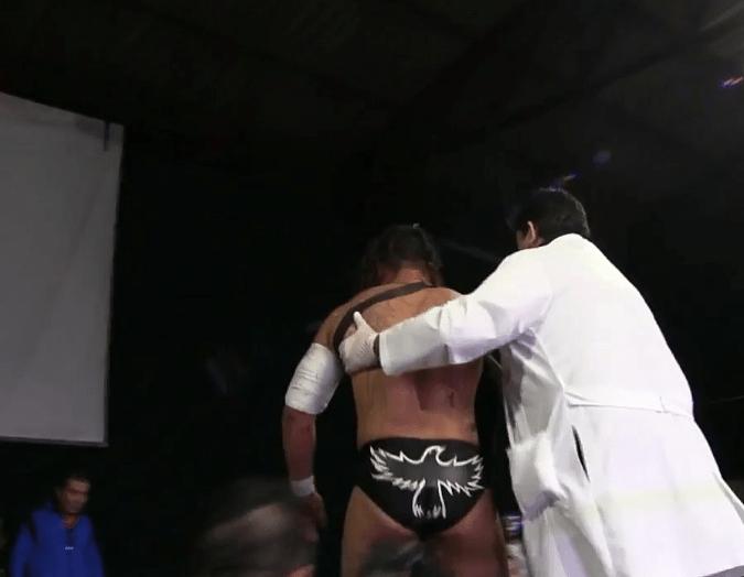 ¡Qué manchado! Luchador es mandado al hospital al recibir un ladrillazo en la cabeza