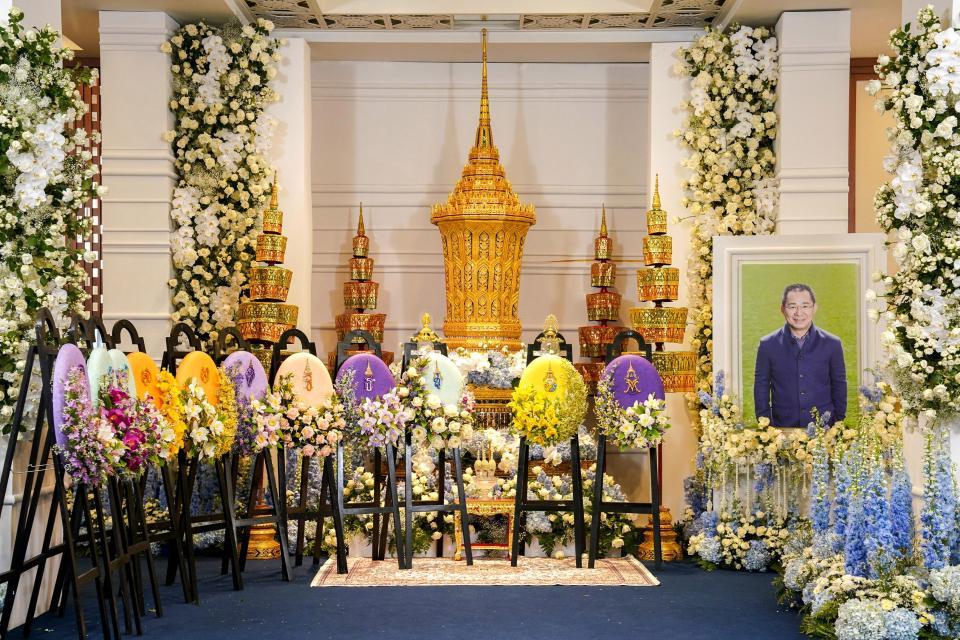 En imágenes: Así se vive el funeral del Presidente del Leicester con los jugadores