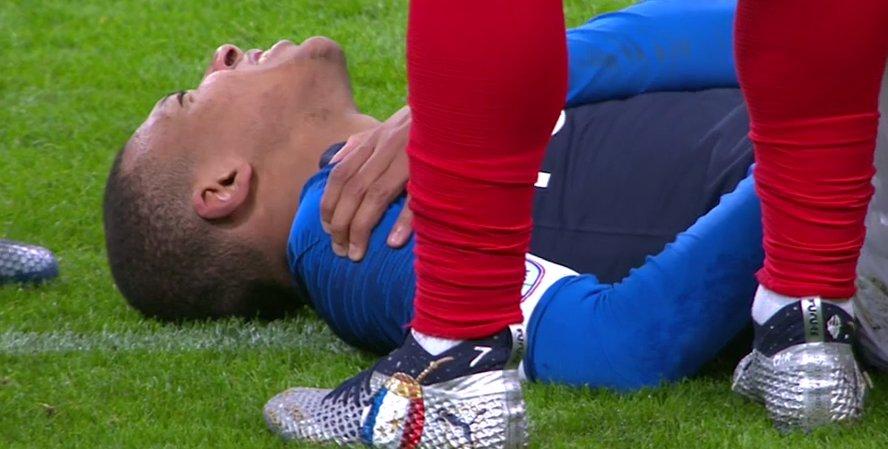 ¡Mal día para el PSG! Mbappé salió lesionado tras fuerte caída en el Francia-Uruguay