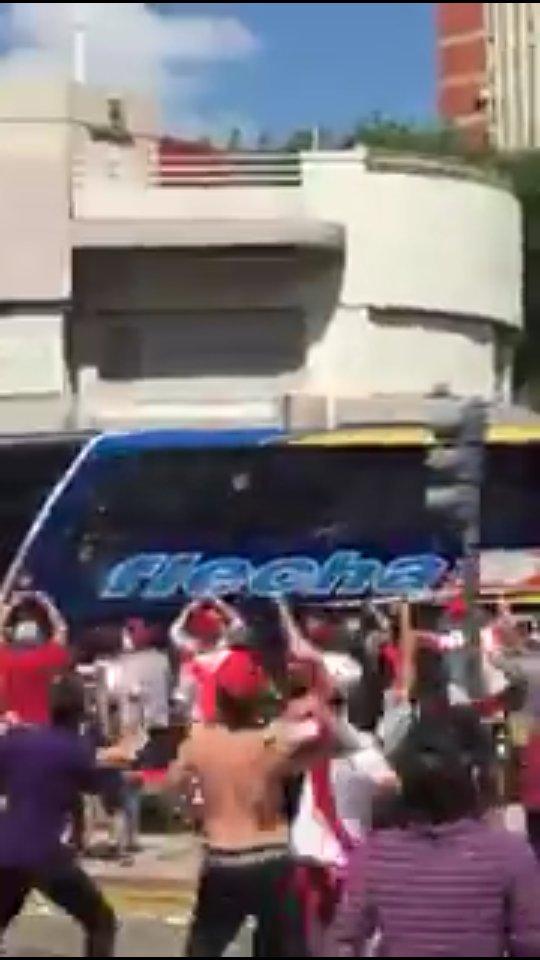 En imágenes y videos: Así se vivió la violencia que aplazó el duelo entre River vs Boca