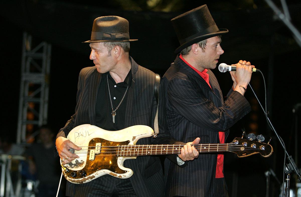 Paul Simonon y Damon Albarn durante una presentación en vivo de The Good The Bad & The Queen en Coachella