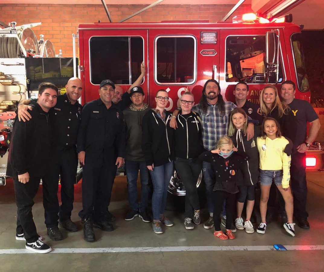 Dave Grohl, de Foo Fighters, cocinó un asado para bomberos en California