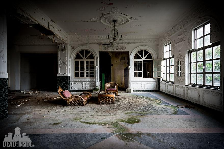 Las fotos que muestran el hotel abandonado más grande de Japón