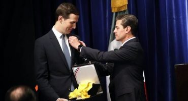 Y en la imagen del día... lo hizo: EPN condecoró con el Águila Azteca a Jared Kushner