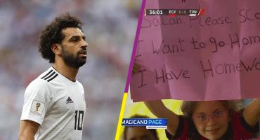 Salah se disculpa en Twitter con una pequeña fan por complicarle su tarea 🤣