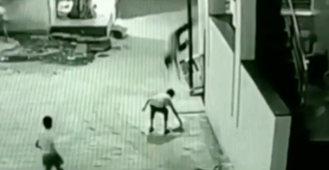 ¡Echen pajaaa! Cayó 12 metros pero se salvó porque aterrizó sobre su amigo