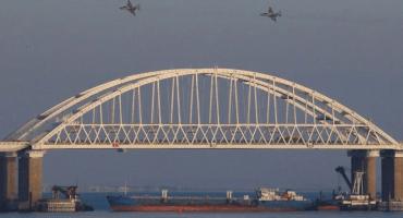 Rusia bombardeó tres barcos de Ucrania en Crimea 😱