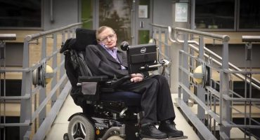 Subastan objetos, preseas y la silla de ruedas de Stephen Hawking