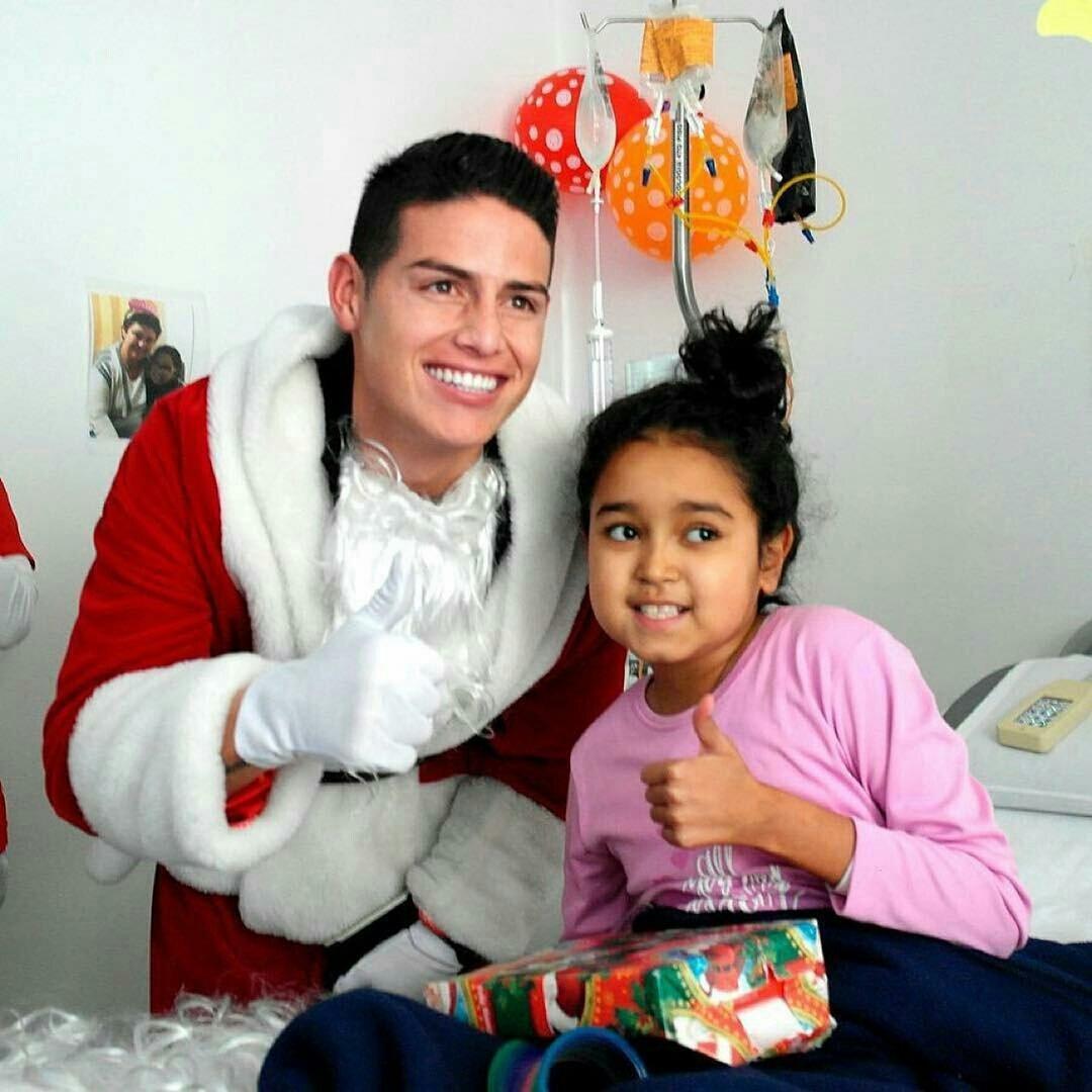 El emotivo gesto navideño de James Rodríguez con niños con cáncer
