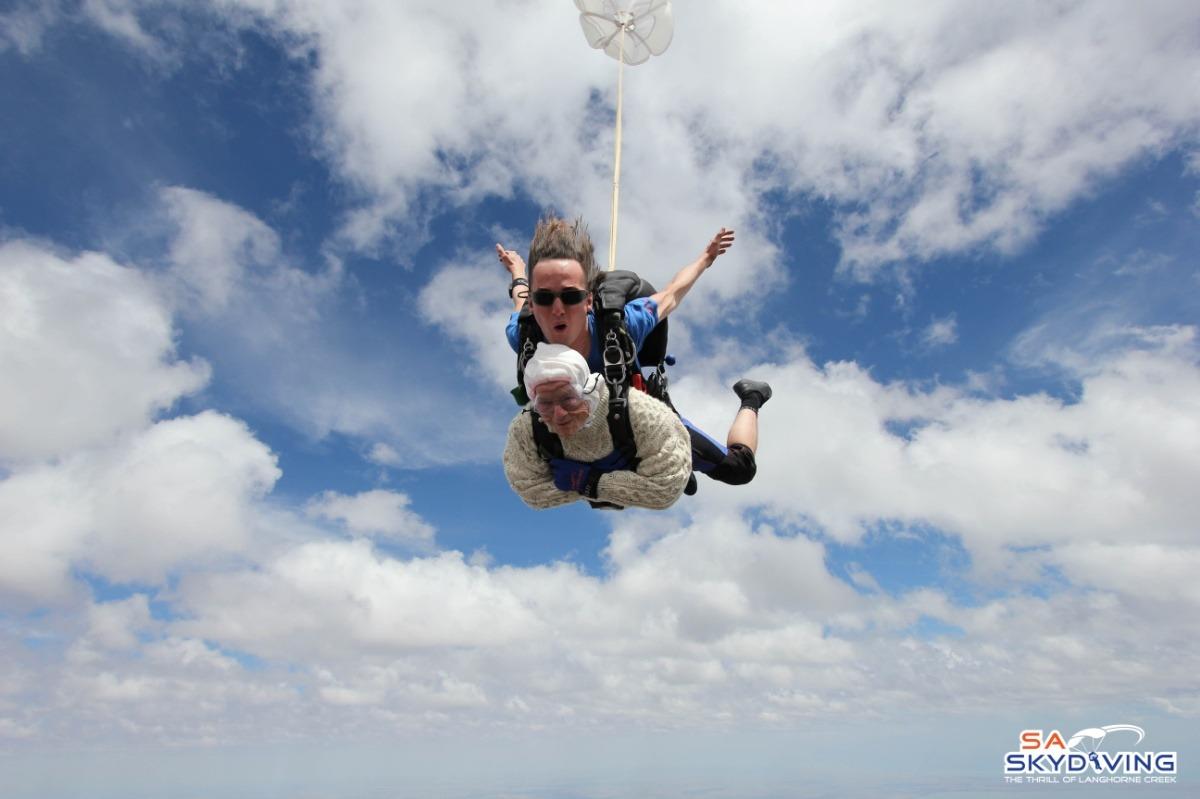 irene-oshea-persona-mas-longeva-vieja-paracaidas-102-anos
