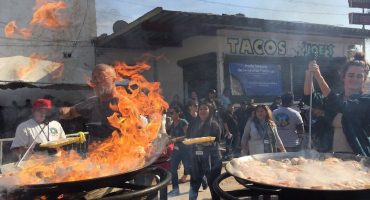 'Paella Sin Fronteras', chefs internacionales cocinan para migrantes centroamericanos en Tijuana
