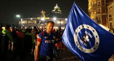Aficionados de Cruz Azul acudieron a la Basílica a pedir por el milagrito en la Final