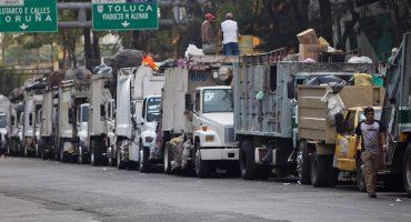 Por las filas navideñas, acusan que los camiones de basura tiraron los desechos en la calle