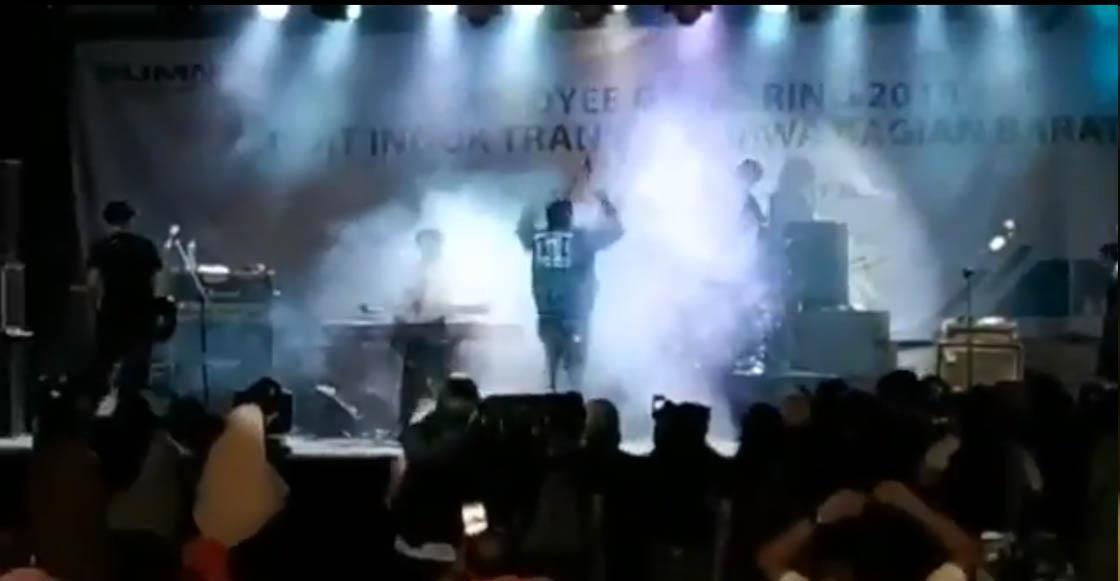El video que muestra cuando el tsunami de Indonesia arrasa con un concierto