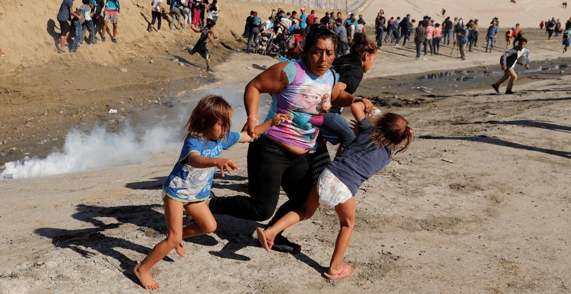Un pequeño paso: migrante agredida por policía fronteriza logra entrar a Estados Unidos
