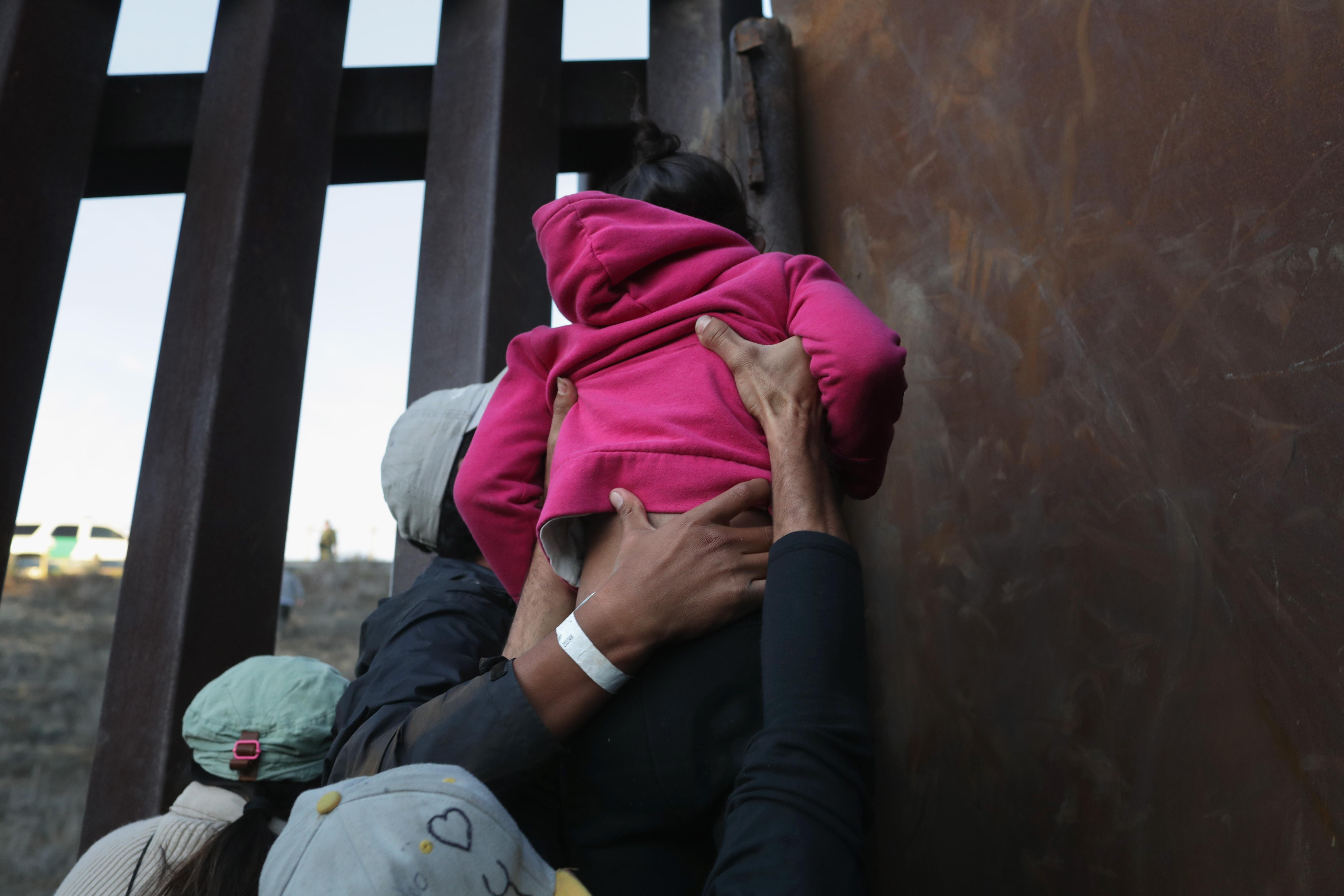 Muere niña migrante por deshidratación bajo custodia del CBP