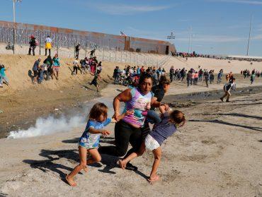 migrantes-familia-mama-gas-pimienta-fotos-2018