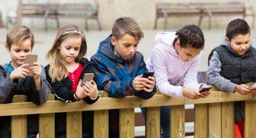 ¿Sorpresa? Ver mucha tele y usar el celular hacen más viejo el cerebro de los niños
