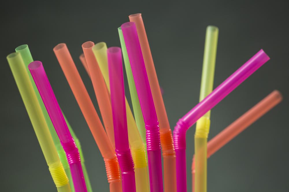 Industrias de plástico están en crisis por las campañas que piden no usar popotes ni bolsas