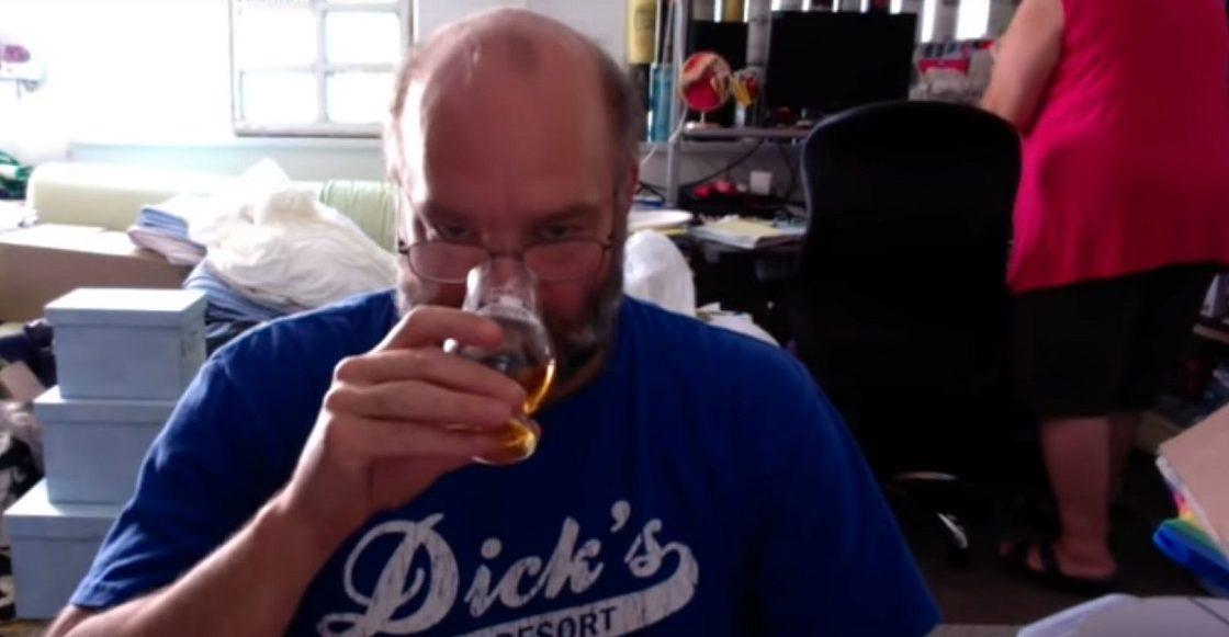 Sujeto reseña whisky mientras lo deja su esposa
