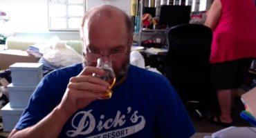 Este señor hacía una reseña de whisky... ¿mientras su esposa lo dejaba?