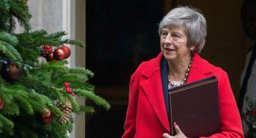 ¡Cerca la bala! Theresa May libra el voto de confianza y sigue como Primera Ministra