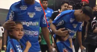Esta pequeña lloró desconsoladamente luego de conocer a su ídolo Ronaldinho