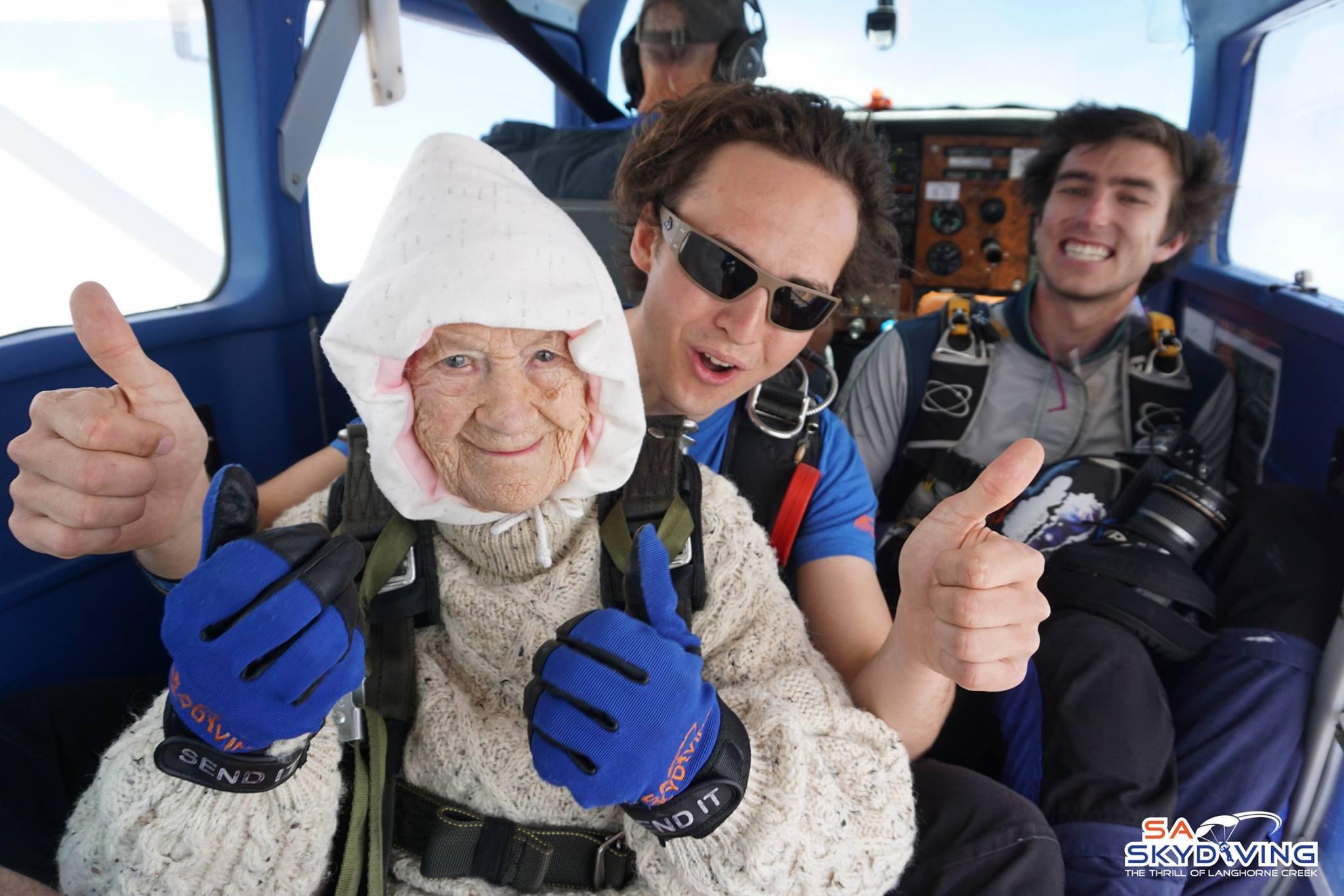Hell Yeah! Esta viejita de 102 años es la persona más grande en aventarse de un paracaídas
