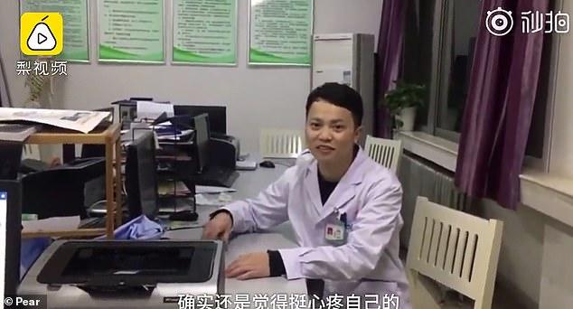 ¡Héroe! Este cirujano se quedó dormido junto a un paciente luego de 20 horas de trabajo