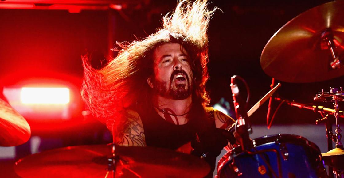 5 veces en las que Dave Grohl subió a increíbles fans al escenario