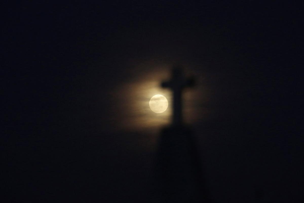 La Super Luna se asoma sobre un cementerio de Ciudad Juárez