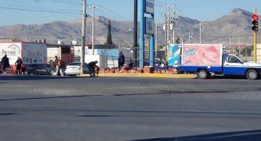 Se caen productos de un camión de Marinela y la gente ayuda al repartidor a recogerlos