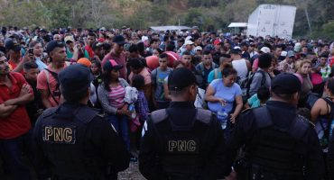 Caravana migrante ya ingresó a territorio guatemalteco; sólo pasaron los que tenían documentos