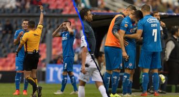 Eustáquio debutó con Cruz Azul, lo expulsaron por error y después salió en camilla