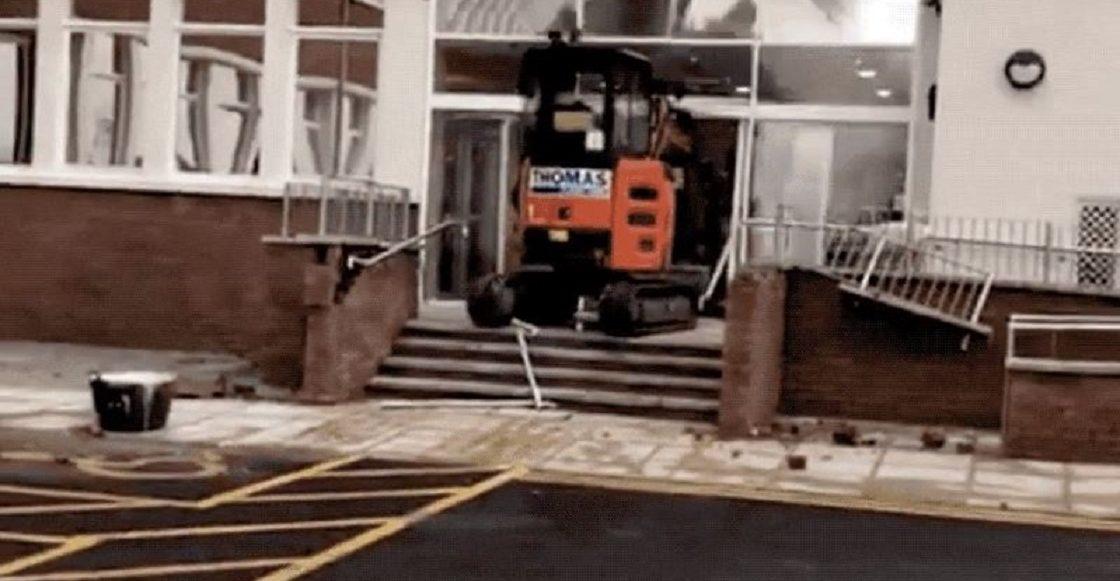 Trabajador arrasa con el lobby de un hotel usando una excavadora