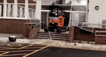Excavadora vs lobby de hotel: Una historia de dinero, ira y venganza
