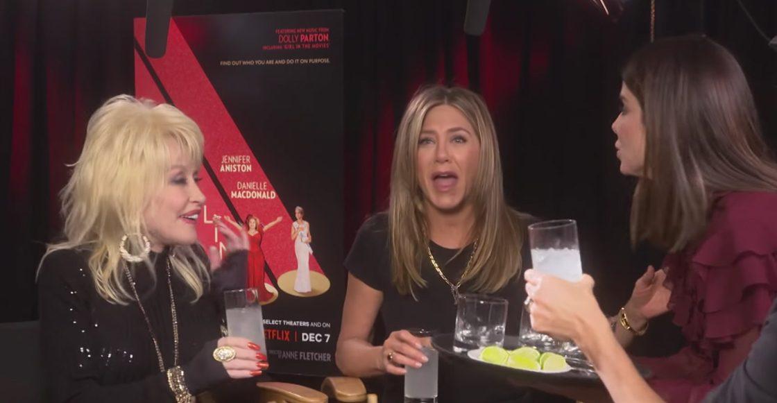 Beso en la boca no es cosa del pasado: Mira el momento en que Jennifer Aniston besa a Sandra Bullock