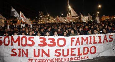 Bomberos madrugan y protestan en el Zócalo contra despidos masivos
