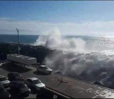 Graban fuertes olas azotando un puerto de Ensenada y arrastrando vehículos